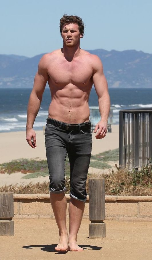 Instagram: Derek Theler, actor 1.97m