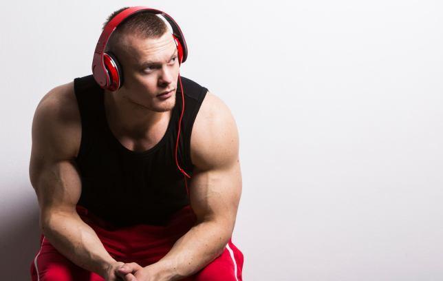 hombre con audifonos Los 2 playlist latinos más hot para entrenar