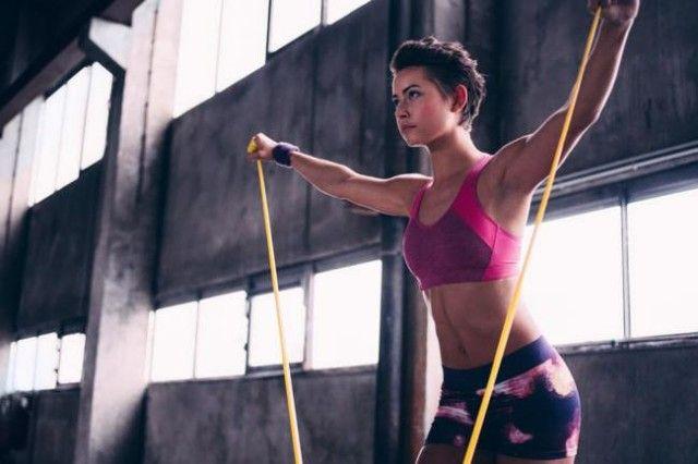 Rutina de ejercicios con ligas: total body y abs | Fitness