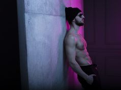 ess fit brutal young man in hat posing in dark studio with wall with purple neon complementary color, Rutina abdomen para oblicuos y abdomen bajo | TABATA en tiempo real 4 minute workout