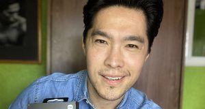 Influencer asiatico con audifonos xiaomi, audifonos con microfono ideales para videollamadas y zoom a super precio xiaomi